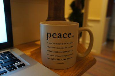 Advent peace mug on stairs